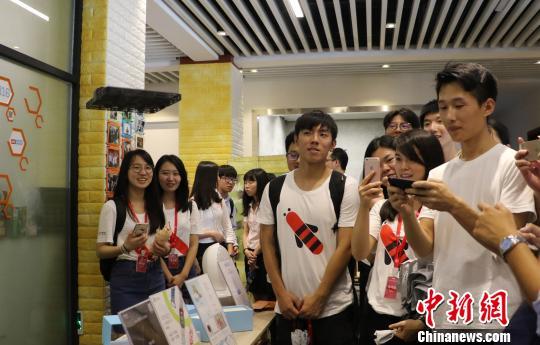 图为:台湾大学生在杭州梦想小镇内参观智能无人机。 王刚 摄
