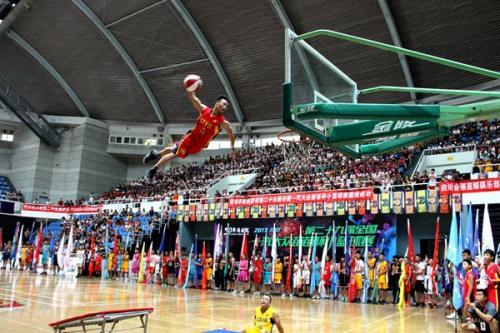 穿插在比赛间隙的花式篮球表演