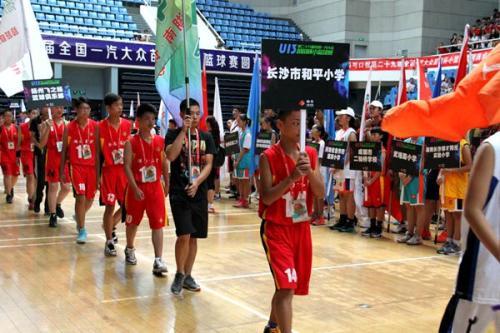 今天上午,第29届苗苗杯小篮球赛开幕式在清华大学举行