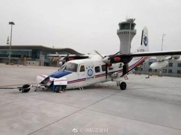 7月26日,一架y12iv型飞机在北戴河机场牵引进入4号位过程中前起落
