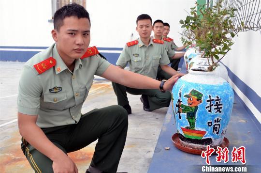 图为:边防官兵展示作品。 赵志亮 摄