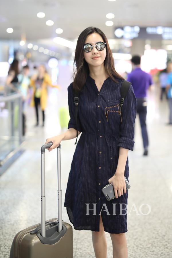 7月26日上海机场街拍   何穗2017 Faye   何穗全白的顺色Look清爽又图片
