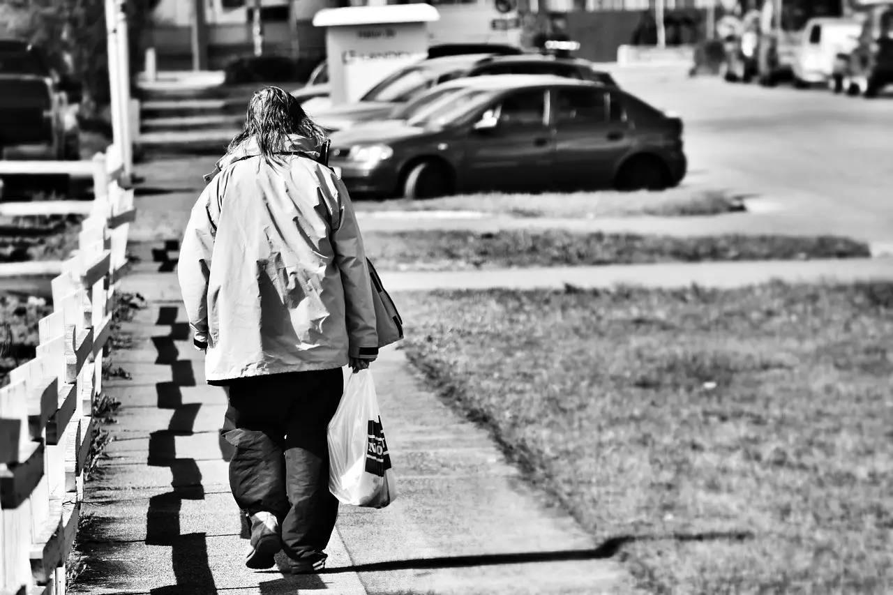 努力工作的街友值得帮,花钱买酒的不值得帮?其