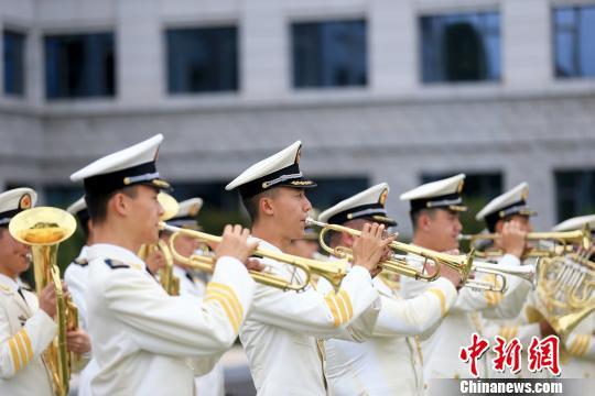 图为:军乐队演奏国歌. 代宗锋 摄