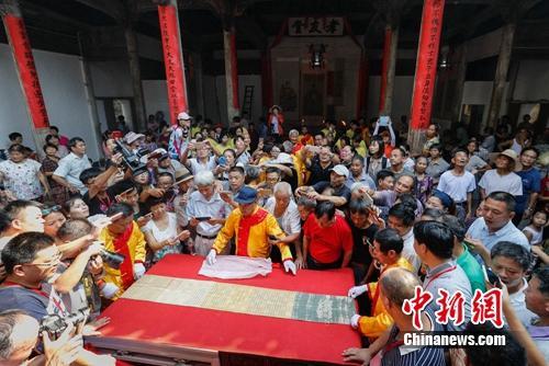 汪家桥村村民晒圣旨,吸引许多游客参观。程海波摄