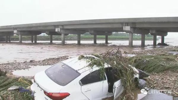 洪水冲毁汽车