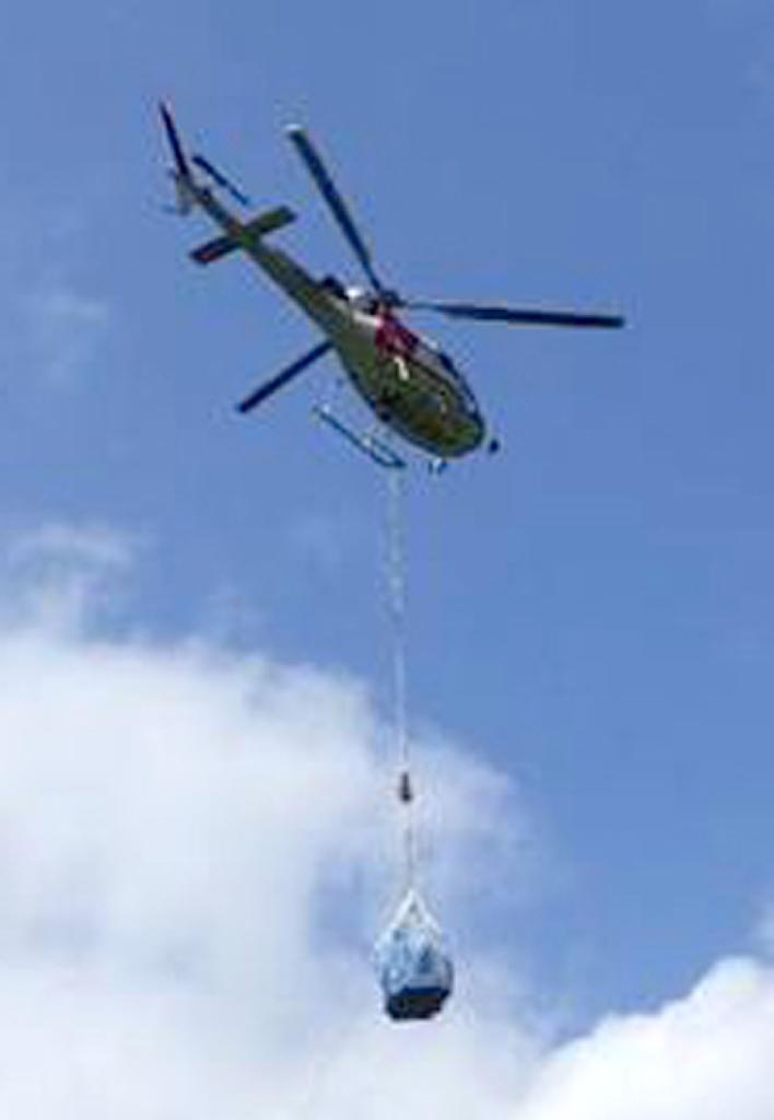 日本关西电力公司直升机700公斤悬挂物从高空坠落