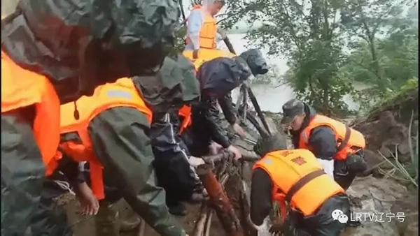 部队投入抢险