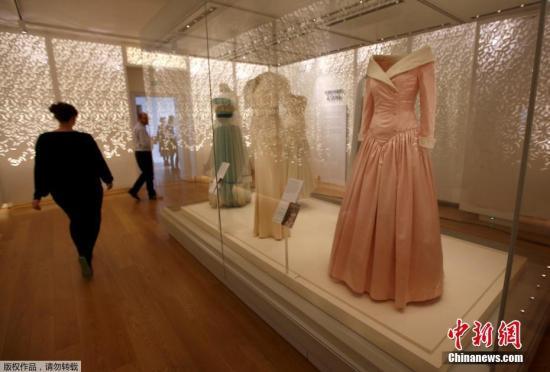 当地时间2017年2月22日,英国伦敦,肯辛顿宫举办戴安娜王妃经典时装展览,展出其穿着过的25件裙装,纪念其逝世20周年。