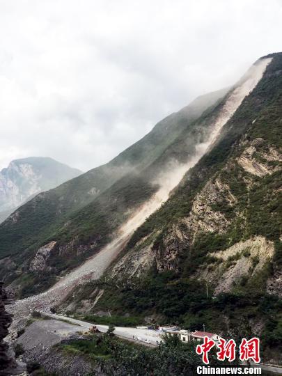 山体垮塌现场。 钟欣 摄