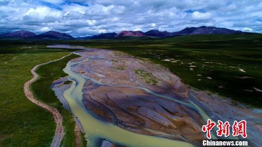 图为发源青海高原杂多县的澜沧江。 代纯 摄