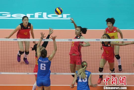 中国女排在世界女排大奖赛的收官一战6日在南京落下帷幕。在120分钟的决赛对战中,中国女排不敌塞尔维亚队,以1:3落负,最终获得第四名。 泱波 摄