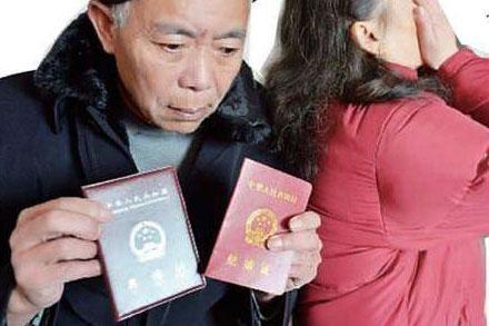 7旬老汉遇初恋后离婚 求爱被拒结果求原配原谅