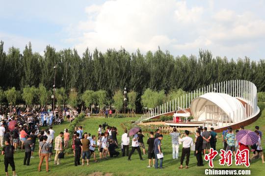 8月7日下午,沈阳市官方举行郎朗钢琴广场首秀暨体验采风活动。 沈殿成 摄
