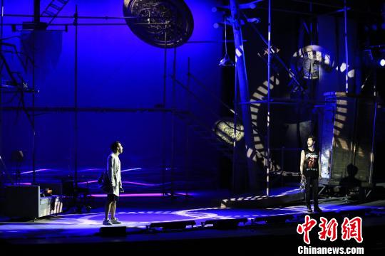 舞台上极具现代感和想象力的布景,呈现出虚实相映的效果。官方供图