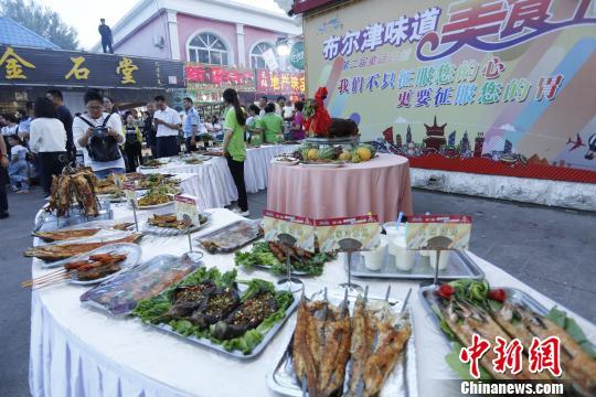 """在第二届""""童话边城布尔津味道""""美食节展出的烤鱼、烤羊肉等系列烧烤。 魏志源 摄"""