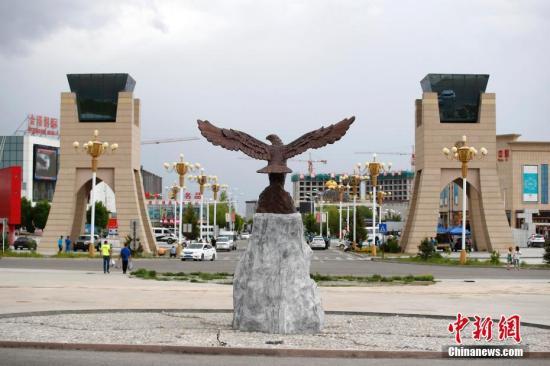中哈霍尔果斯国际边境合作中心两国连接通道旁的金雕广场。