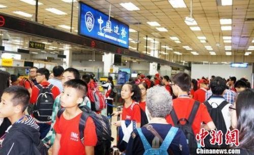 皇岗边检站增开通道快速为前往新加坡游学返程的三百余名广西柳州的小学、中学生旅游团办理入境手续。 黄俊生 摄
