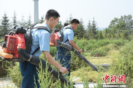 93257部队官兵对烈士陵墓园进行了全面整理,以此来表达自己的崇敬之情。 杨毅 摄