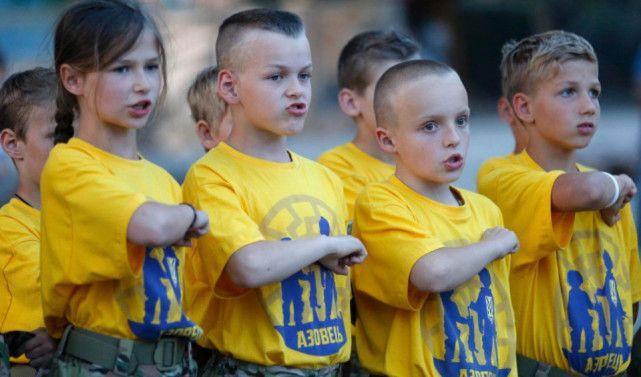 8岁到13岁的孩子,正是应该享受最无忧无虑生活的年纪。可是如果他们的国籍是乌克兰,可能事情就会有点不一样。虽然乌克兰东部战线已经在协议上停火,但无论是反政府武装还是政府军,都没有停止对对方的小规模偷袭。即使是平民,也有可能在这种交火中不小心丧生。 这让当地的父母都感到很担心,希望能让自己的孩子学到一些基本的军事技能,防患于未然。