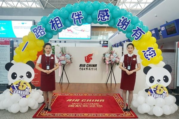 仪式结束后,工作人员将蛋糕一一送到旅客手中,邀请大家分享这份快乐与图片