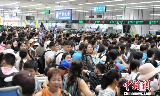 大批参加港澳游内地旅客挤满皇岗口岸出境大厅。 黄俊生 摄