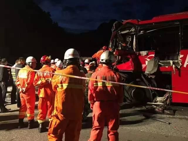 揪心!京昆高速一大客车碰撞隧道 36人死亡