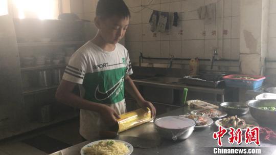 杨安豪正在备餐。 吕杨摄