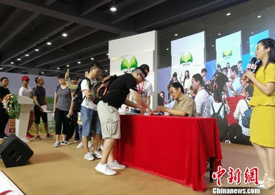 台湾演员李立群首次亮相广州南国书香节 程景伟 摄