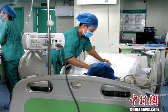西安济仁医院ICU救治伤者。 田进 摄