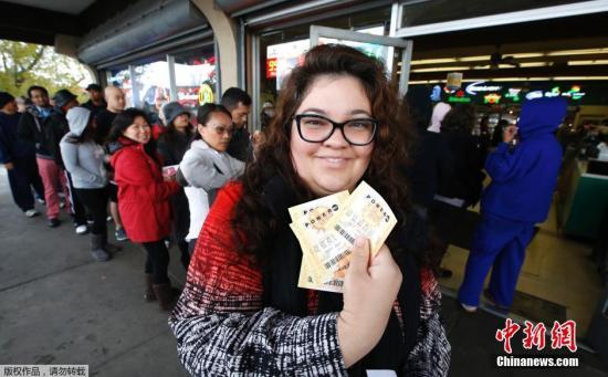 资料图:美国彩民购买彩票。
