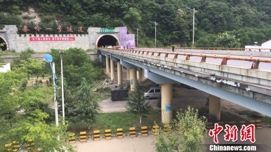 西汉高速陕西段发生一起交通事故,现场清理工作基本完成。 张远 摄