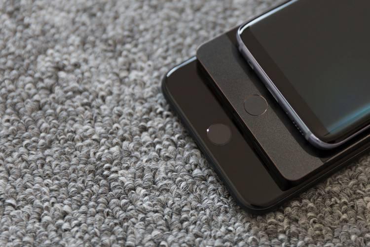 """坚果 Pro 跟 iPhone 7 Plus 和三星 Galaxy S8 放在一起。""""锐利异类""""牺牲了手感。"""