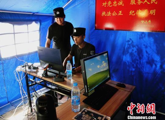 8月11日,两位民警在乌兰旦达盖村六组警务室工作。 田向东 摄