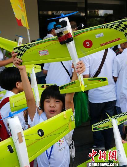 """8月13日, 第十九届""""飞北赛"""" 在海南省三亚市体育中心开赛,图为参赛小选手信心满满。 尹海明 摄"""