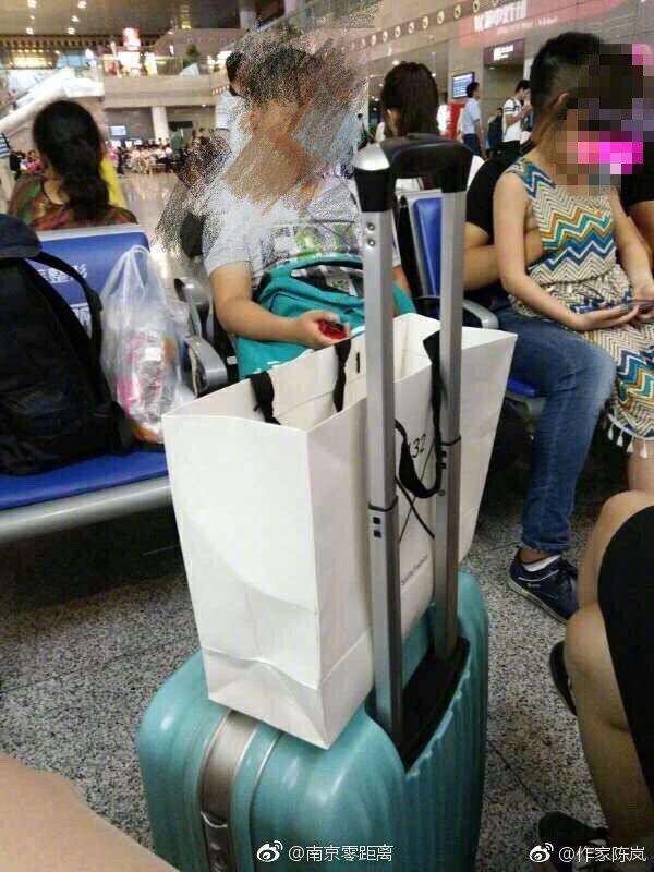 南京南站猥亵女童事件始末经过细节视频,女童被摸胸部现场恶心图