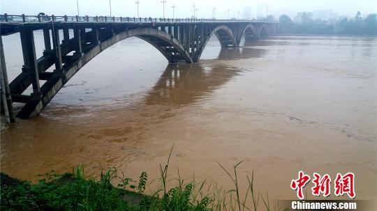 2017年8月13日18时许,洪水通过广西融水县城融江大桥 龚祥友 摄