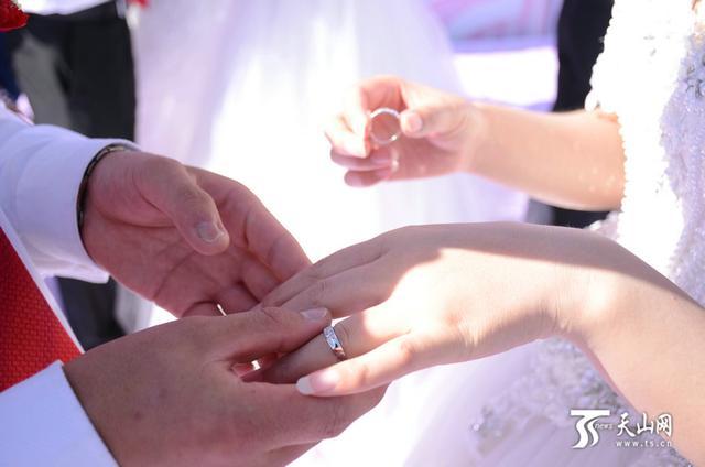 新人为对方带上定情戒指。