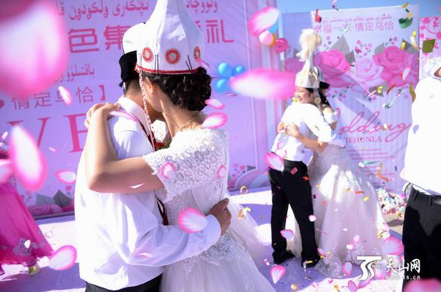 婚礼现场,新人们幸福相拥。