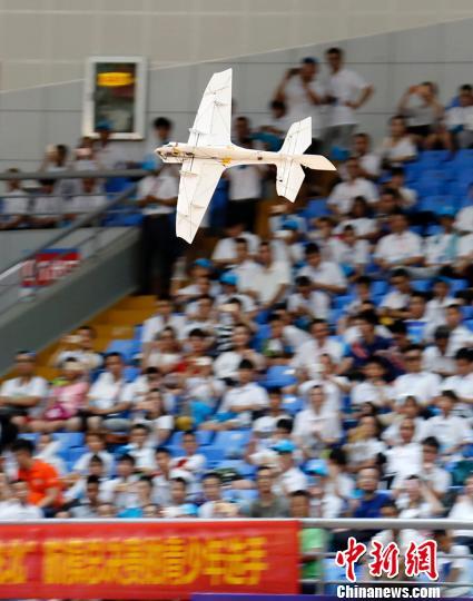 """8月13日, 第十九届""""飞北赛"""" 在海南省三亚市体育中心开赛。图为赛前航模表演。 尹海明 摄"""