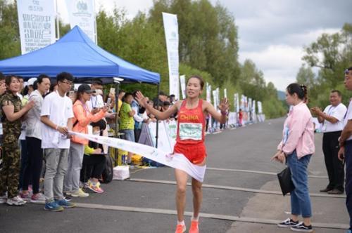 内蒙古队选手何引丽夺得女子全程冠军,成绩是2小时34分23秒。组委会供图