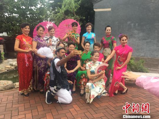 图为摄影师和身着旗袍的青岛大姨们合影。 李英 摄
