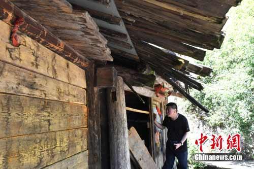 文物管理所工作人员在树正水磨房查看受损情况。 安源 摄