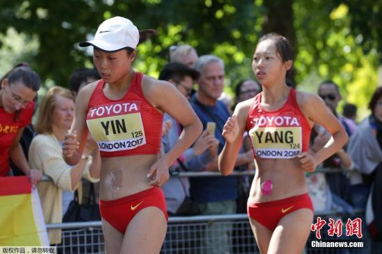当地时间8月13日,2017伦敦田径世锦赛女子50公里竞走决赛结束,在一场只有7名选手参加的决赛中,37岁的葡萄牙名将汉里奎斯以打破世界纪录的4小时5分56秒夺得金牌,中国选手尹航以4小时8分58秒打破亚洲纪录,摘得银牌,另一名中国选手杨树青获得铜牌。图为中国选手尹航、杨树青进行比赛。