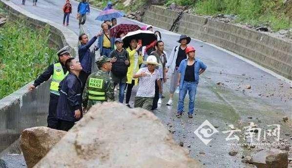 巨石崩落路面致17名游客被困怒江峡谷 目前已成功获救并转移