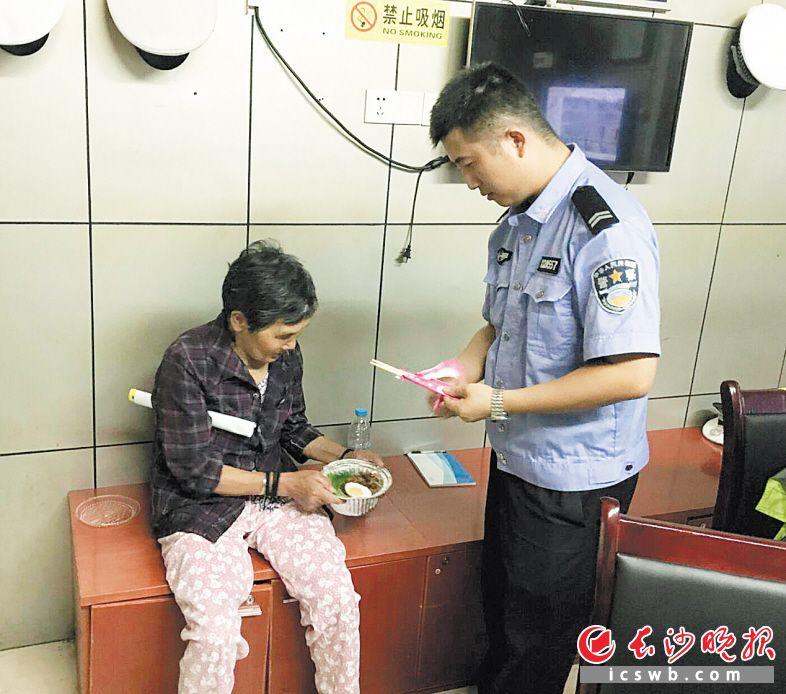 在交警岗亭内,民警为走失的黄老太太准备了晚餐。交警供图
