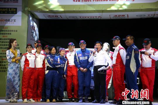 图为参加第十二届中国428青藏高原拉力赛暨中国汽车越野锦标赛青海分站赛发车仪式车手。 张海雯 摄