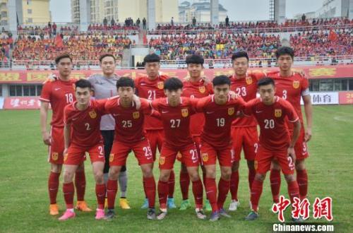 """中国U系列足球队需要更多高水平比赛的磨练。图为去年""""东盟杯""""的国青队。 翟李强 摄"""
