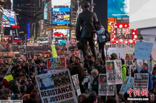 当地时间2014年11月26日,美国纽约,数百抗议者聚集在纽约时代广场游行,抗议美国枪杀黑人青年的警察未遭起诉。