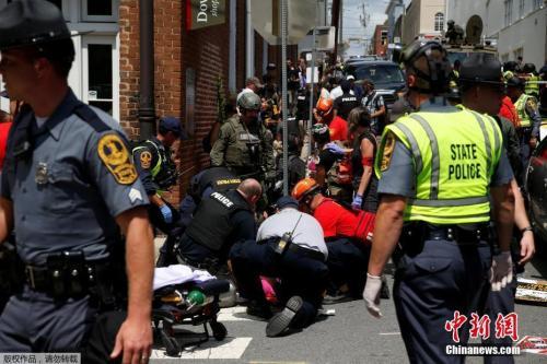 """当地时间2017年8月12日,美国弗吉尼亚州夏洛茨维尔市""""另类右翼""""集会引发暴力冲突,当地警方称目前至少3人死亡、35人受伤。"""